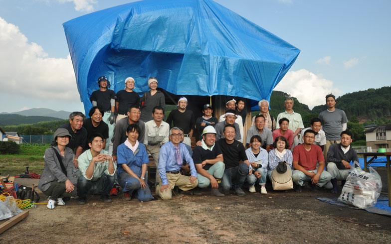 【画像10】今回の小屋づくりに参加したメンバーの集合写真。老若男女、終始なごやかな雰囲気で1日が終了した(写真撮影/嘉屋恭子)