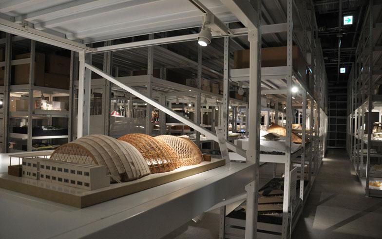 【画像2】館内は天井高5.2mと余裕がある。エントランスでは坂茂氏の代表作でもある「ハノーバー国際博覧会日本館」がお出迎え。しょっぱなから大物作品が登場し、圧倒される(写真撮影/嘉屋恭子)
