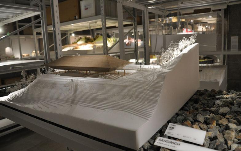 【画像4】ひと口に建築模型といっても、使われている素材もさまざま。アクリルもあれば木材もあり、どうやってつくっているのかも気になる。名和晃平氏が率いるSANDWICHが設計したアートパビリオン「洸庭」の模型では、現地で使用されているのと同じ敷石も使っている(写真撮影/嘉屋恭子)