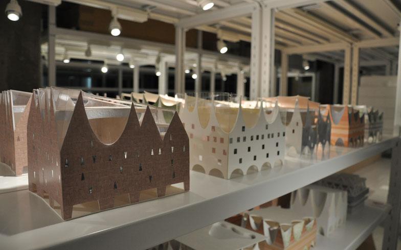 【画像5】ずらりとならんだ模型は、建築家の思考と試作の推移のあらわれ。各種の制限があるなかで、どうやって建築物をつくっていくのか、その思索の過程をたどることもできる(写真撮影/嘉屋恭子)