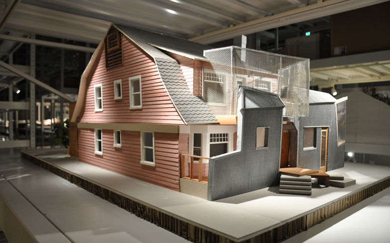 【画像8】フランク・ゲーリー氏の自邸の特別展示模型(DGT.制作)。どこか「ハウルの動く城」のように、異素材を組み合わせて、大胆不敵、ユニークな顔立ちをしている(写真撮影/嘉屋恭子)