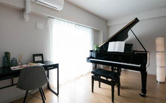 【画像2】グランドピアノやドラム、アンプなどを置けるゆとりあるリビングスペース(画像提供/リブラン)