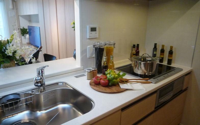 【画像3】ゆとりのあるキッチンは料理好きな女性のニーズも満たす(写真撮影/大森広司)