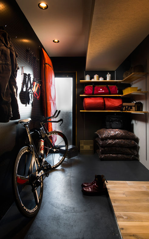 【画像2】横浜のマンション。黒いモルタル塗りの土間は、自転車やアウトドア用品の収納場所、メンテナンス場所として使いやすいのが特徴(写真提供/リノベ不動産)