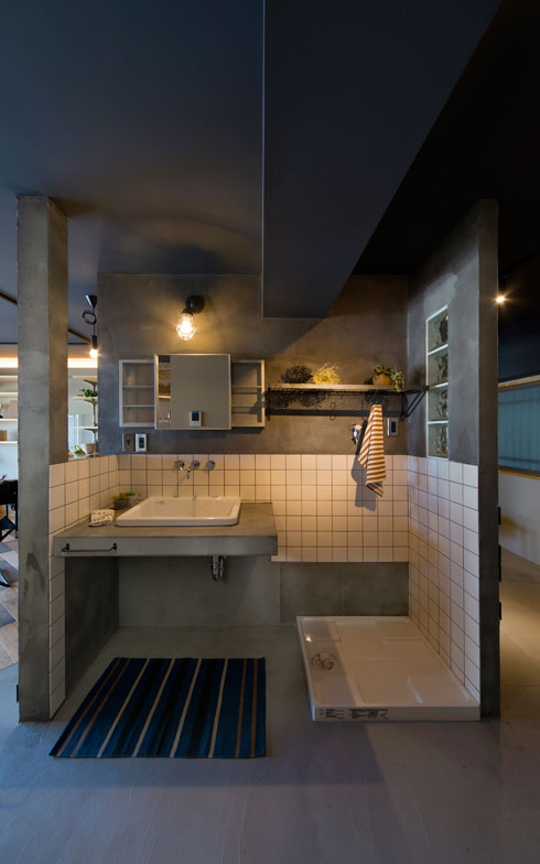 【画像4】渋谷区のマンション。玄関からオープンにつながる土間の一角にある洗面室。モルタルとタイルで少し無骨な表情に仕上げたのが新鮮(写真提供/リノベ不動産)