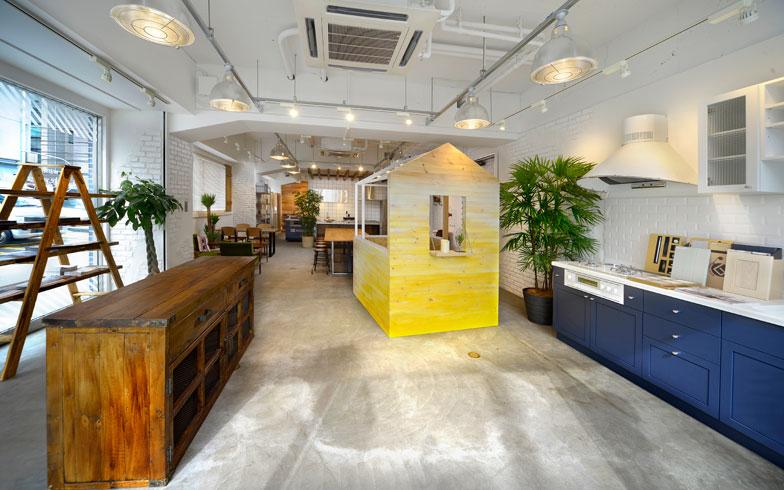 【画像5】横浜市にあるリノベ不動産のショールーム。中古物件探しから購入、リノベーションの設計、インテリアの相談まで対応しています。このショールームにはSnow Peakの店舗(アーバンアウトドアshop in shop)が併設され、製品を暮らしに取り入れる提案やライフスタイルに合った住まいの提案もしてくれます。アーバンアウトドアshop in shopは現在、横浜店、水戸店、佐倉店の3店舗(写真提供/リノベ不動産)