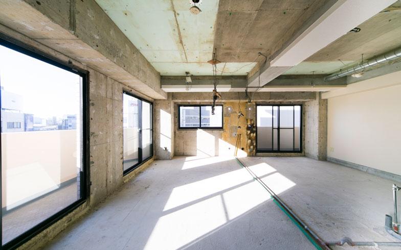 """【画像3】これがフル・スケルトンの""""すっぴん""""状態。サッシはマンションの場合、共用部分である物件が多いので勝手に変更できない(写真/MUJI HOUSE)"""