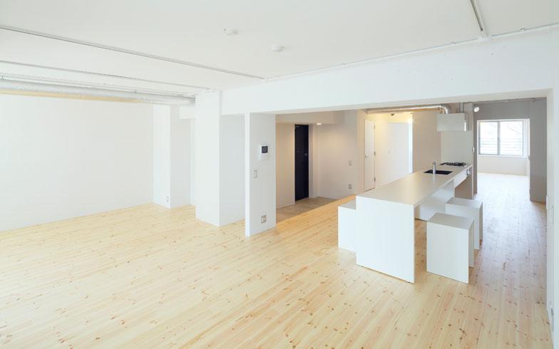 【画像9】壁・天井は塗装、フローリング床、キッチン・バス・トイレ設備だけが入った「MUJI INFILL 0」状態(写真/MUJI HOUSE)