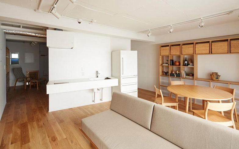 【画像12】キッチン・バス洗面の水まわりを住戸の真ん中に置いたプランに、MUJIの家具やシェルフでゾーンを緩やかに分けてゆく(写真/MUJI HOUSE)