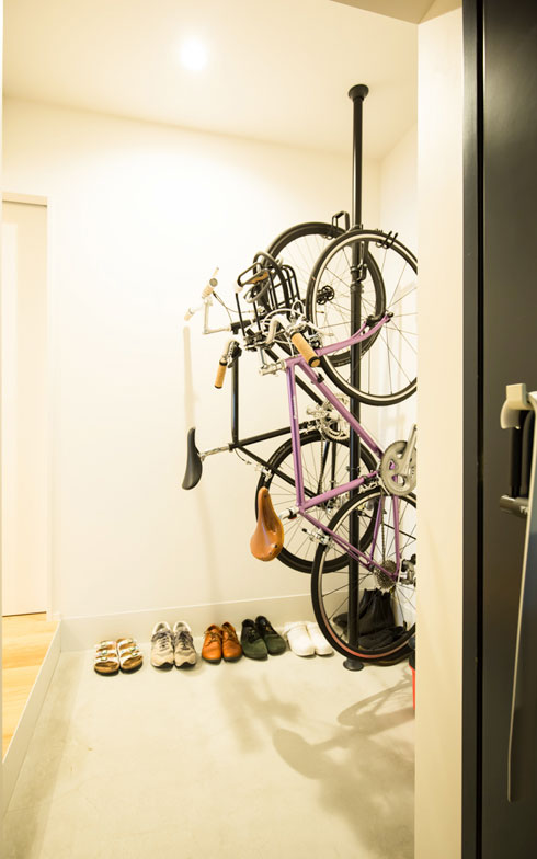 【画像1】マンションとしては、土間が広く取られた玄関。自転車2台を余裕で置ける(写真撮影/片山貴博)