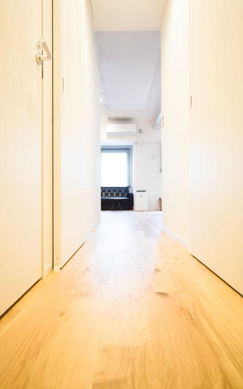 【画像2】左右の個室ドアも敷居が無い、開ければ床はリビングまでオールフラット。床材はハンドスクレープ(手削りのような凹凸のある)オーク材(写真撮影/片山貴博)