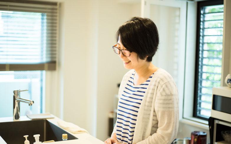 【画像4】キッチンでにこやかにお話してくれたNさん(30歳代)。本日、夫は海外にてご不在(写真撮影/片山貴博)