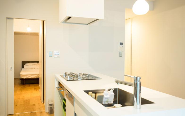 【画像8】キッチンからクローゼット→直進で寝室、→手前右にバス・洗面の動線(写真撮影/片山貴博)