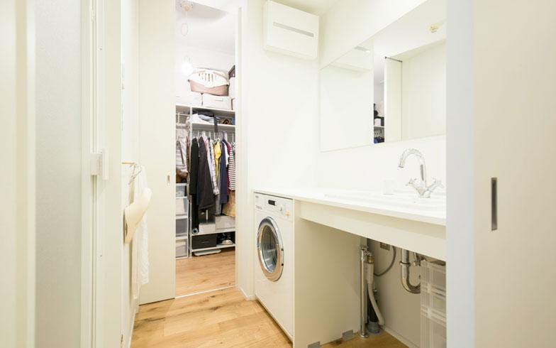 【画像9】バス(左)・洗面ゾーン。ビルトイン洗濯機にしてカウンターを150cm幅に広げた(オプション)。大きな鏡も空間を広く演出してくれる(写真撮影/片山貴博)