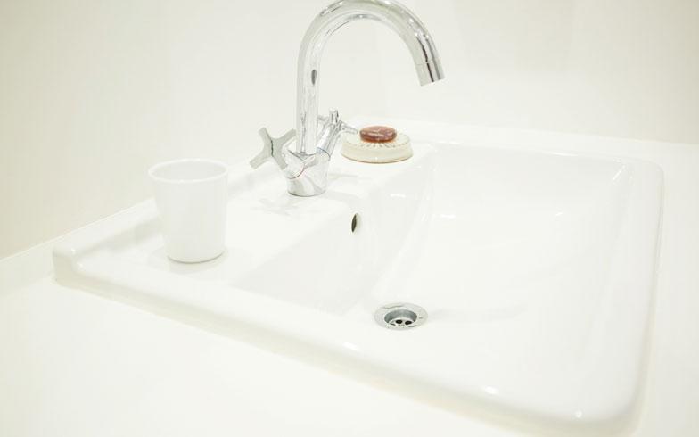 【画像11】埋め込み式の洗面ボウル&水栓は独ハンスグローエ社製、デザインへのこだわりは夫のチョイス(写真撮影/片山貴博)