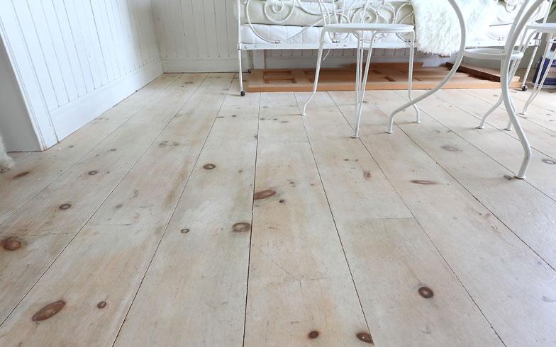 【画像7】クレオールコテージでは、通称「ワイドプランク」と呼ばれる幅広の床材を使うのがマスト。約25cmという幅広の床材は日本では売っていないということで、自ら工具を購入して板から切り出した(写真撮影/飯田照明)