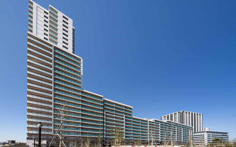 【画像3】JR武蔵浦和駅から徒歩3分。再開発によって生まれた武蔵浦和SKY&GARDENは、首都圏初の「一般ファミリー向け」と「アクティブシニア向け」の分譲マンションからなる全776戸。2016年3月に竣工した(写真提供/新日鉄興和不動産)