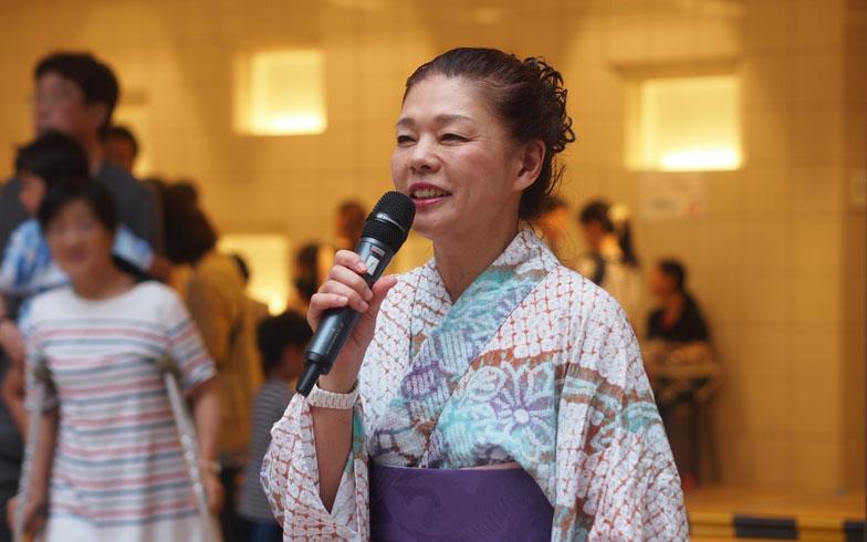 【画像7】「空庭祭」の司会を務めた長谷川悦子さん。音楽教室で働いていることもあり、イベントの司会はおてのもの(写真撮影/SUUMOジャーナル編集部)
