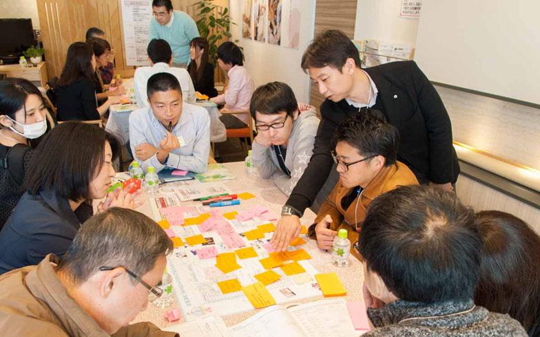 【画像9】「まちづくりミーティング」では、参加した住民たちが付せんに意見を書き出すワークショップ形式で行った(写真提供/新日鉄興和不動産)