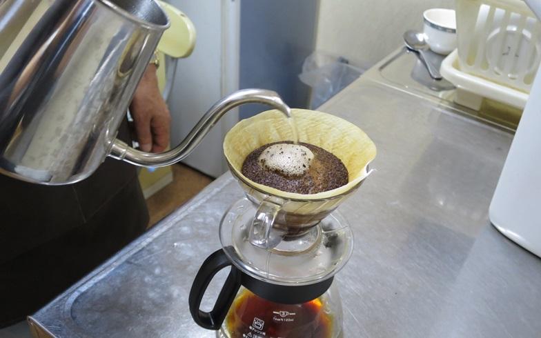 【画像2】1回目に注いだときは40秒ほど蒸らし、残りはじっくりと丁寧に注いでいきます。ちなみにお湯を注いだときに、挽いた豆全体がふっくらとふくらむのは豆が新鮮な証拠なんだそう(写真撮影/末吉陽子)