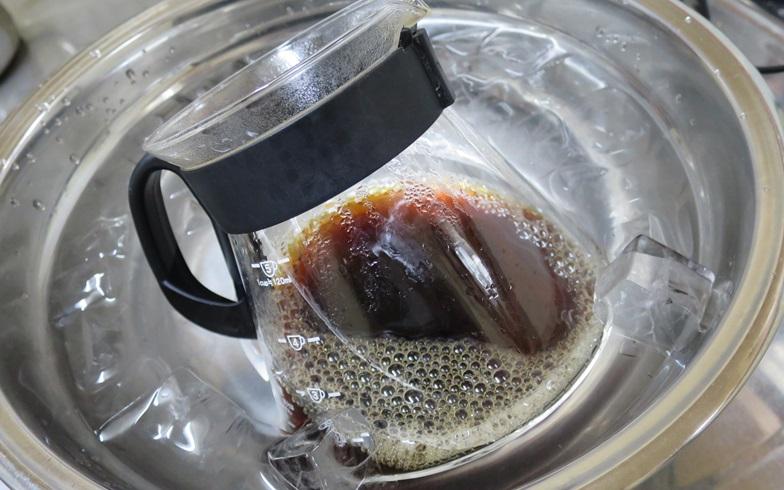 【画像4】外側からじっくりと冷ますことで、コーヒーの風味と香りをしっかり閉じ込める(写真撮影/末吉陽子)