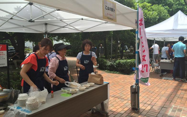 【画像4】パークシティ溝の口の自治会で、役員をしていたつながりから結成された「ぱーく乙女27」。この日はお手製の豚汁をふるまっていた(写真撮影/上島寿子)