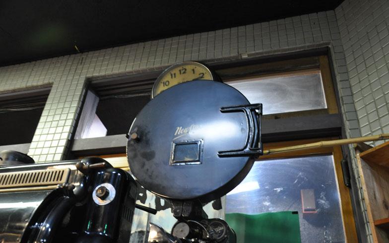【画像3】エントランス部に置いてある映写機。こうした懐かしの映写機を見たいと、訪れる人も後を絶たない(写真撮影/嘉屋恭子)