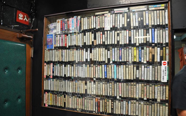 【画像4】映画館の一部には、切替さんのVHSのコレクションが並ぶ。これでも一部だそう(写真撮影/嘉屋恭子)