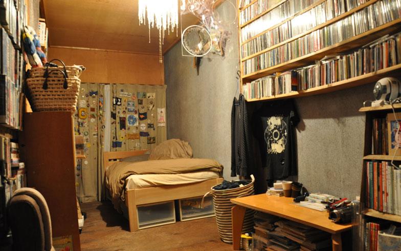 【画像5】映写技師さんのお部屋。当初は何もなく「牢獄」状態だったものを、リノベーション。映画やDVD、本がずらり(写真撮影/嘉屋恭子)