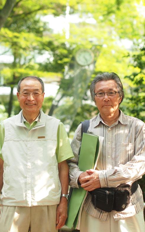 【画像1】修繕委員会委員長、丹保さん(左)は、延べ5年間、修繕委員として活動。右は発足からのメンバーである矢野さん。このマンションには新築分譲時から住んでいるとか。2013年には、長年の功労によって管理組合から表彰されている(写真撮影/SUUMOジャーナル編集部)