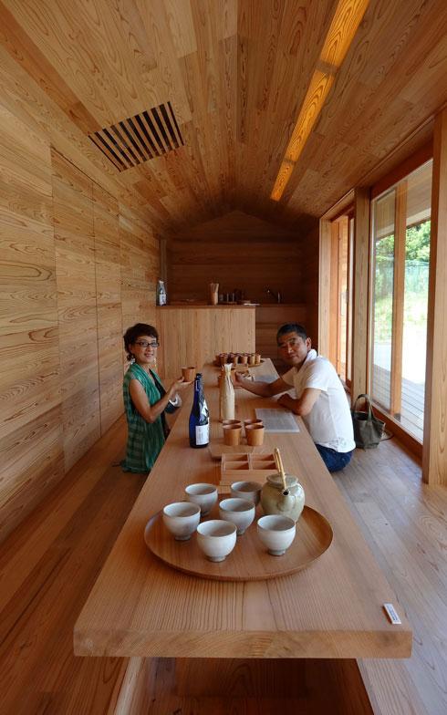 【画像5】吉野杉・ヒノキをふんだんに使った気持ちのよい空間。木製サッシや一枚板のテーブルなどインテリアも完璧(写真撮影/SUUMOジャーナル編集部)