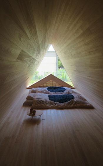 【画像7】三角の屋根裏寝室。ピラミッドのようでパワースポットみたい!吉野では満天の星が見える…素敵すぎ(杉?!)(写真撮影/藤井繁子)
