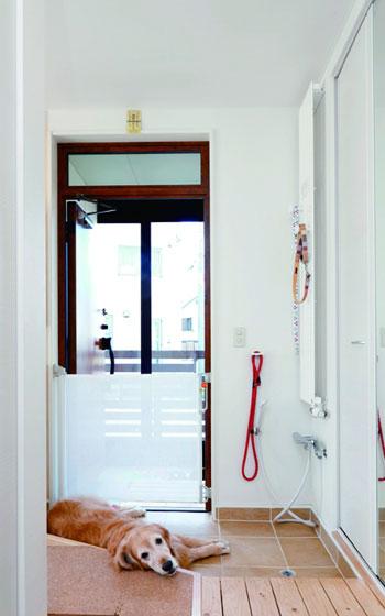 【画像3】After:シャワー付き&タイル敷きで広めの玄関に、スッキリ・リフォーム!(写真提供/ワンオンワン)