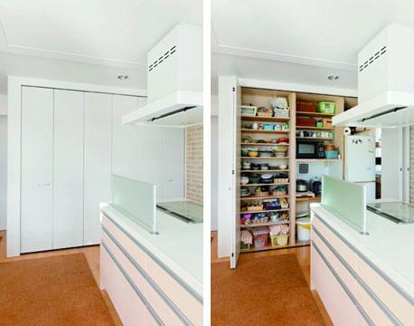 【画像11】キッチンの背面扉内には、冷蔵庫や家電を収めた食器棚を格納。キッチンも荒らされないようシャットアウト(写真提供/ワンオンワン)