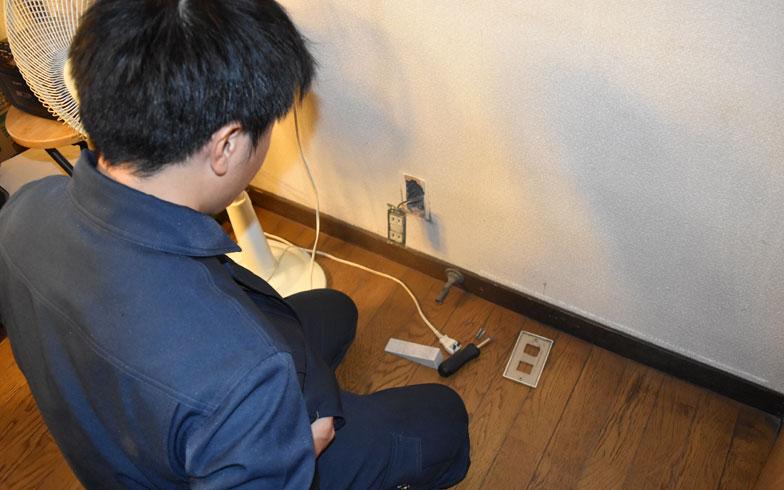 【画像5】コンセントを抜いた穴から壁下地材、くぎのピッチや種類を確認(撮影/SUUMOジャーナル編集部)