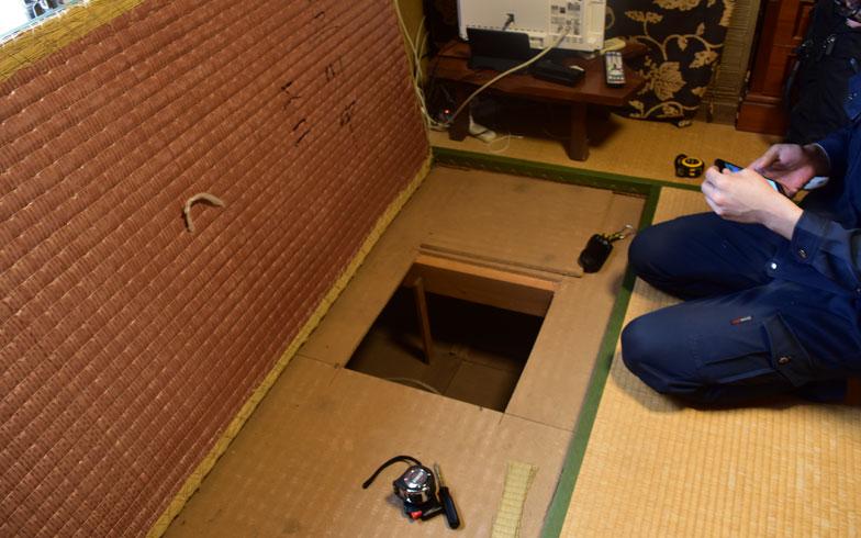【画像6】2階和室の畳を上げ、2階と1階の間を確認(撮影/SUUMOジャーナル編集部)