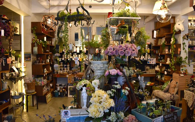 【画像5】店内入ってすぐのところには造花コーナー。部屋に造花を飾るだけでも素敵な世界観がつくれる(写真撮影/SUUMOジャーナル編集部)