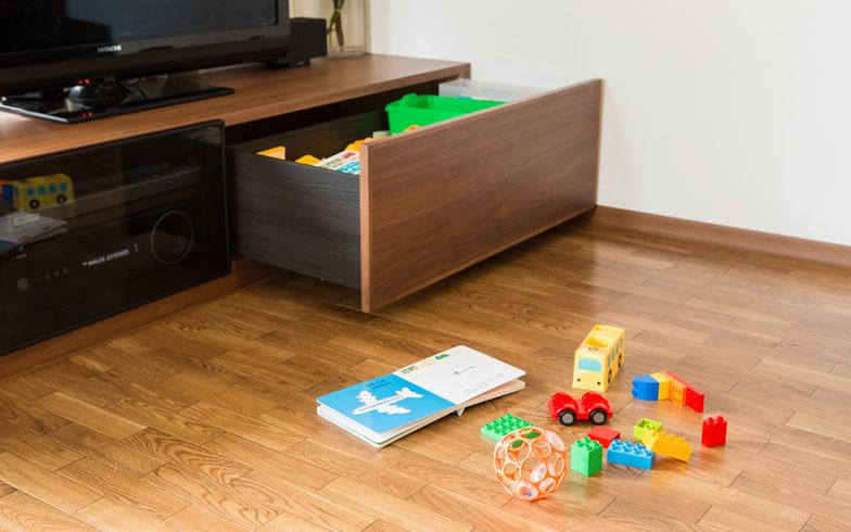 【画像2】フローリングの傷つきや階下への騒音を防ぐために敷いているクッションフロアラグには、子どもが遊ぶスペースをやんわりと区切る効果も。広範囲にものが散らかるのを防げます(写真撮影/片山貴博)