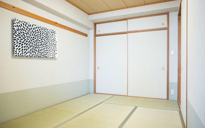 【画像5】リビングに隣接する和室には一切家具を置かず、すっきりをキープ。日中は子どもがのびのびと体を動かせる遊び場に、夜は家族がリラックスして眠れる寝室になります(写真撮影/片山貴博)
