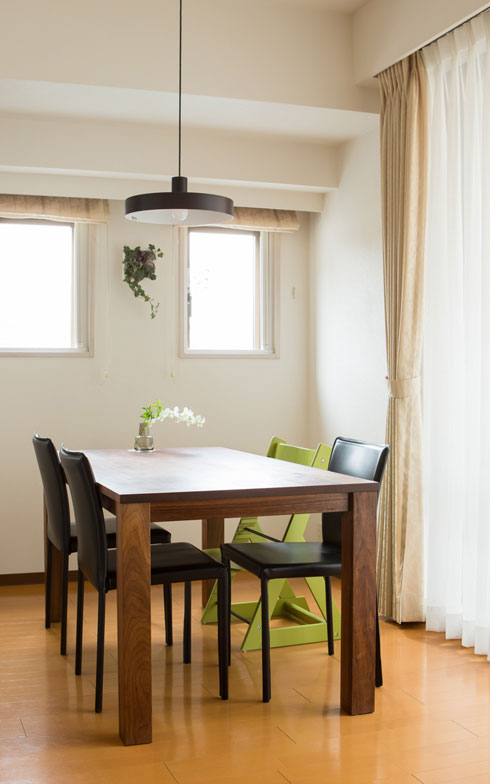 【画像7】リビング横のダイニングスペースに置いたテーブルは、幅150cm x 奥行き80cm。コンパクトな住まいにしては大きめですが、家具の数が少ないため、圧迫感はありません(写真撮影/片山貴博)