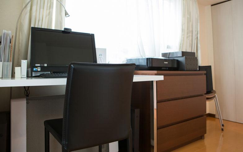 【画像12】約5畳の洋室には、デスクとパソコン、プリンタなどを置いて夫婦の書斎として使っています。将来は子ども部屋として利用する予定(写真撮影/片山貴博)