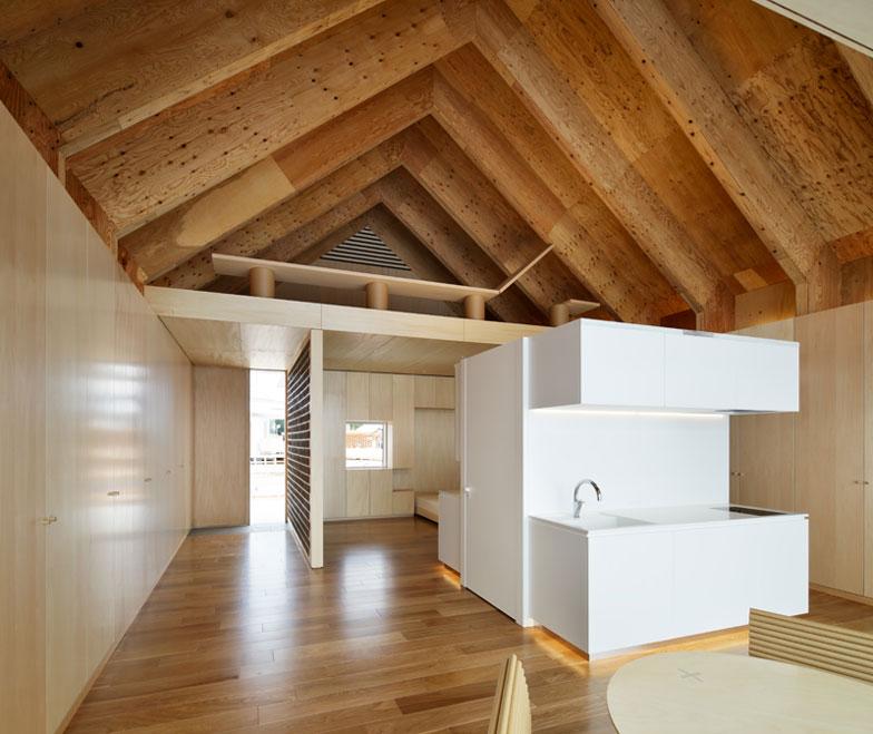 """【画像3】""""軽くて丈夫""""を実現するのは、紙のハニカムボードを合板で挟んだ構造体。柱要らずの大空間が可能に(写真提供/HOUSE VISION)"""
