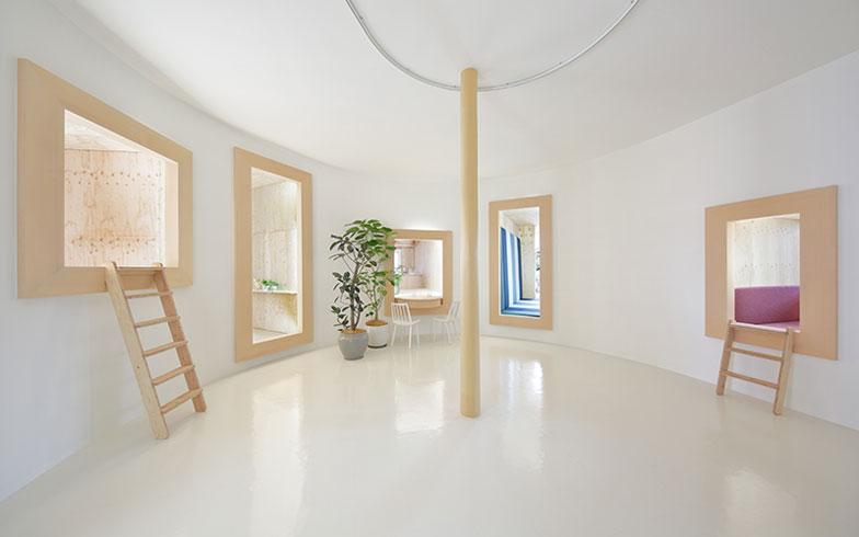 【画像7】中から見ると、窓枠の先にリビングやキッチン、バス、トイレ、寝室が。あがってみると、おこもり感があって落ち着く部屋も(写真提供/HOUSE VISION)