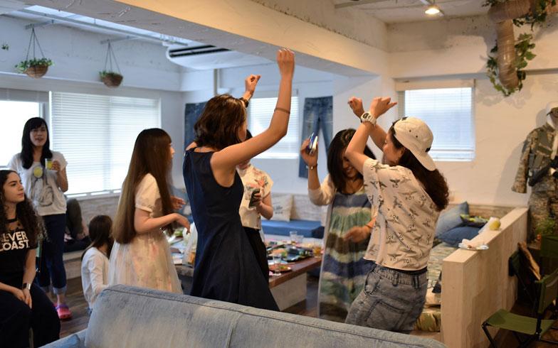 【画像1】音楽が鳴れば自然と体がダンシング。パーティー慣れした人たちの集まりだった(写真撮影/榎並紀行)