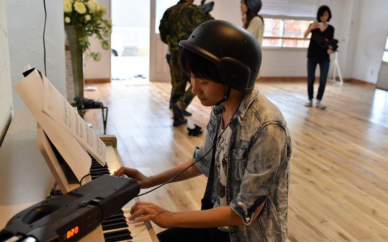 【画像8】こちらはサバゲーの待ち時間にサラリとピアノを弾きこなす青年。福祉関係の仕事の傍ら、作曲もたしなむそう。たしなみの方向性がおしゃれ(写真撮影/榎並紀行)