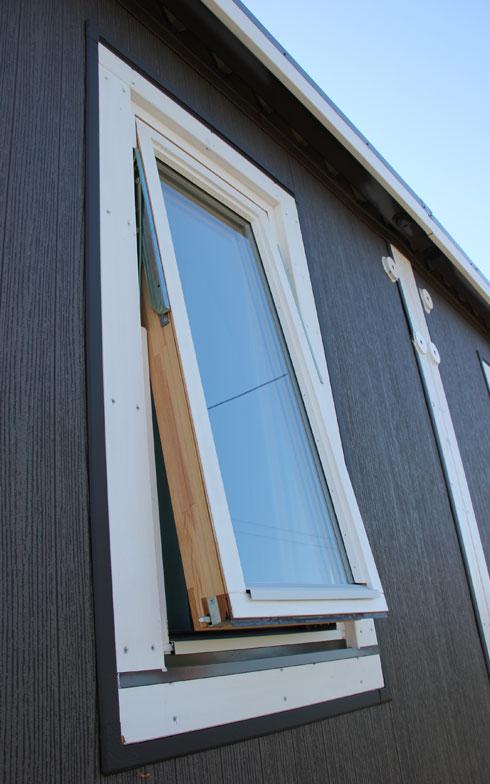 【画像3】スウェーデンから直輸入の三層窓は、遮音性、断熱性に優れている(写真撮影/田方みき)