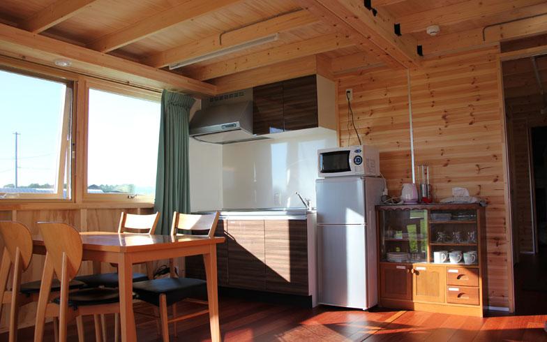 【画像2】共用スペースのダイニングキッチン。室内に入ると木のいい匂いがする。窓を開けておくと風が通り涼しい(写真撮影/田方みき)