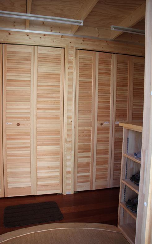 【画像4】トレーラーハウスのイメージでドアを開けると、玄関ホールの「普通の住宅」っぽさに驚いてしまう。収納もたっぷりだ(写真撮影/田方みき)