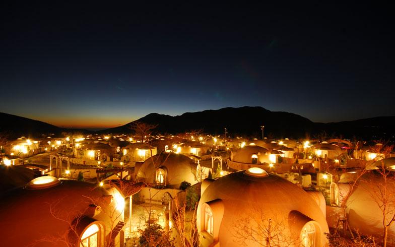 【画像2】ドームハウスが並ぶ阿蘇ファームランドは夜景もフォトジェニック。秋の旅行で訪れてみたくなる(写真提供/ジャパンドームハウス)