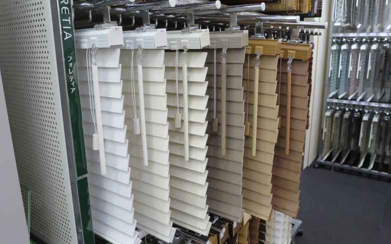 【画像4】タチカワブラインドのショールームでは1000種類以上のブラインドやロールスクリーンを展示。スタッフがオーダーメイドブラインドの相談にも乗ってくれる(写真撮影/末吉陽子)